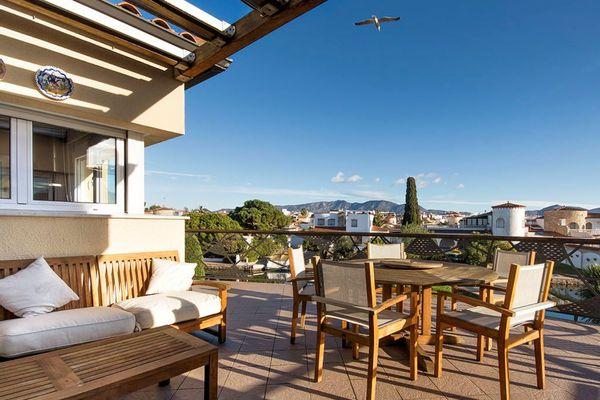 ferienhaus empuriabrava mit terrasse oder balkon fuer bis