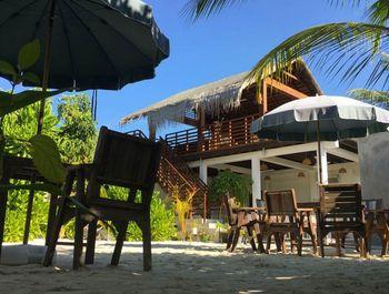Ein erstaunliches Zimmer mit Einrichtungen in der paradiesischen Lage der Malediven